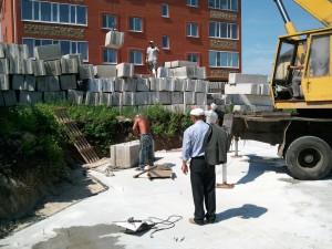 Начало работ по укладке бетонных блоков