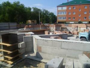Фундаментные блоки уложены, начаты работы по возведению стен и перегородок