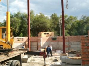 Установили две 9-ти метровые стальные колонны