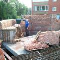 Уложены плиты перекрытия и начато возведение стен первого этажа
