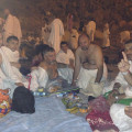 Паломники размещаются для ночлега в долине Муздалифа