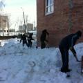 Уборка снега на крыше, козырьках и вокруг мечети. Расчистка площадки для возобновления строительных работ.