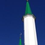 По милости Всевышнего на вершины куполов минаретов водружены ослепительные полумесяцы!