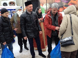 Вручение на ярмарке в Ленинском районе г. Ульяновска проднаборов нуждающимся