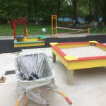 Началось покрытие резиновой крошкой бетонного основания детской площадки